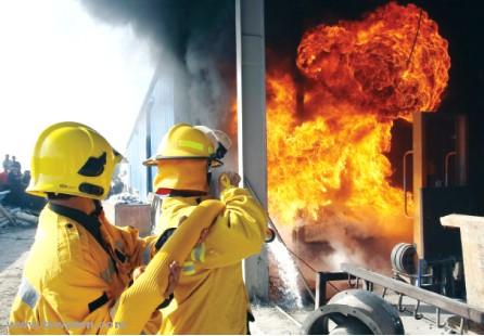 السيطرة على حريق بمصنع ألمونيوم في أم القيوين