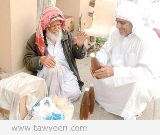 علي بن خميس اليماحي مواطن تسعيني يعشق مهنة بيع العسل ويتمسك بها فالحياة بالنسبة له بذل وعطاء وعزيمة