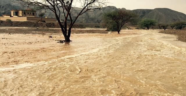أمطار غزيرة تتسبب بانقطاع التيار الكهربائي في الطويين