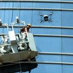طائرة الإعلام الأمني تنقذ عاملاً علق في طابق علوي – صورة