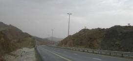 وفاة مواطنين وإصابة ثالث في حادث تدهور مركبتهم على طريق دبا – الطويين