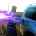 شرطة أم القيوين تنقذ سيدة وأطفالها في وقت قياسي .. نفد بترول سيارتهم في منطقة مقطوعة ورقم عمود الإنارة حدد الموقع