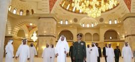 حاكم الفجيرة يتفقد أعمال مسجد الشيخ زايد بالفجيرة